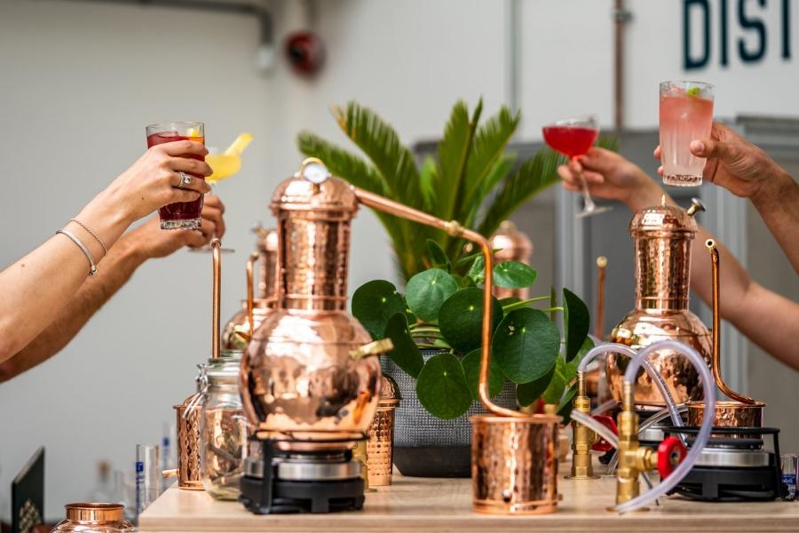 activités evjf amsterdam atelier de distillation d'un alcool