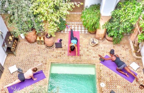 idées evjf marrakech - cours de yoga dans un riad à marrakech