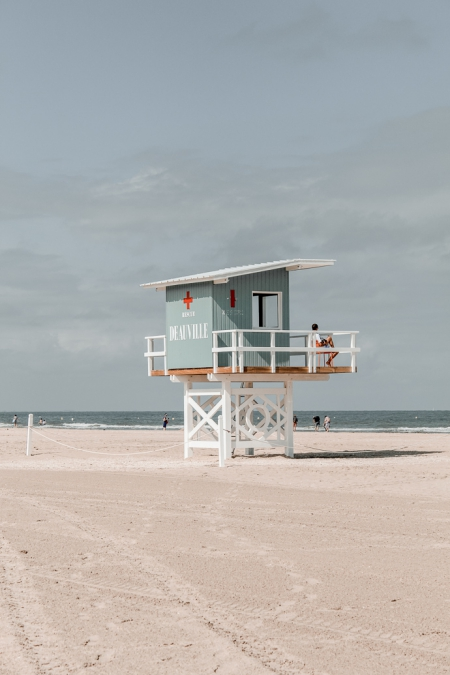 cabane de sauvetage sur la plage de deauville