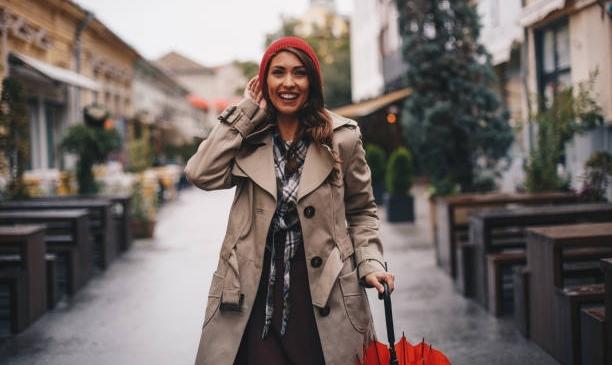 femme dehors sous la pluie avec parapluie rouge