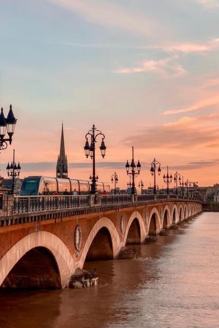 pont de bordeaux au coucher du soleil