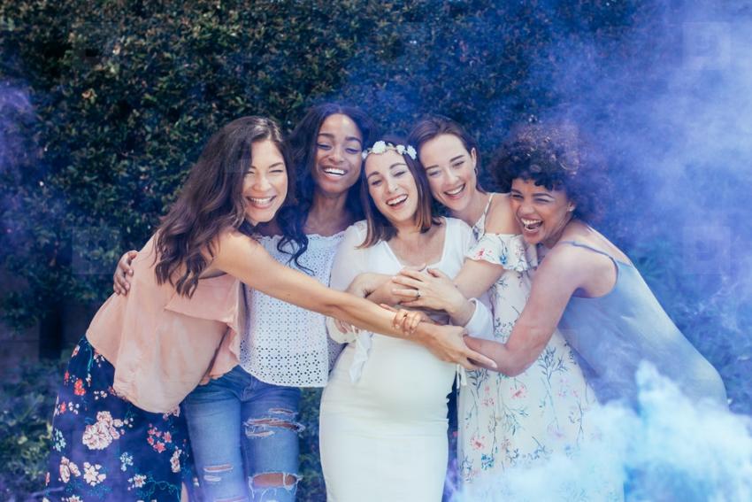 un groupe de copines avec une femme enceinte