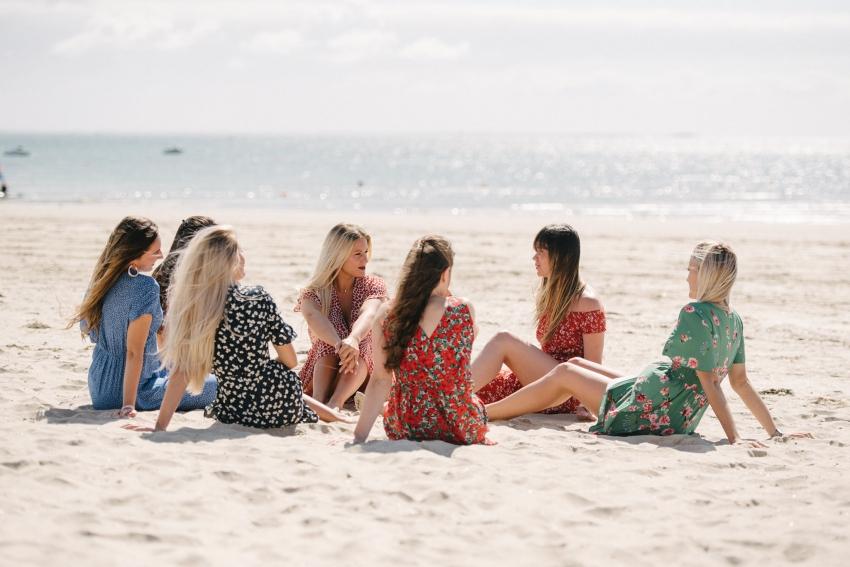 un groupe de filles assis sur la plage de deauville