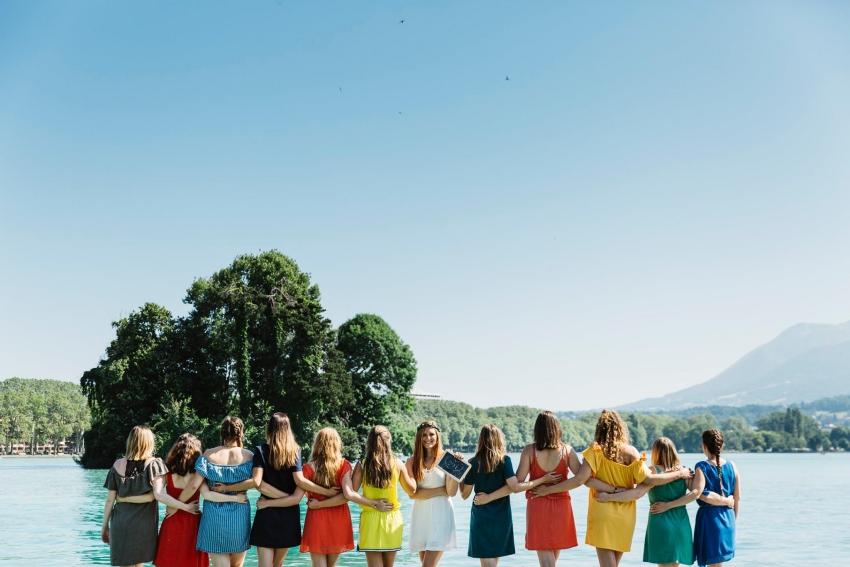 un groupe de filles au bord du lac dannecy