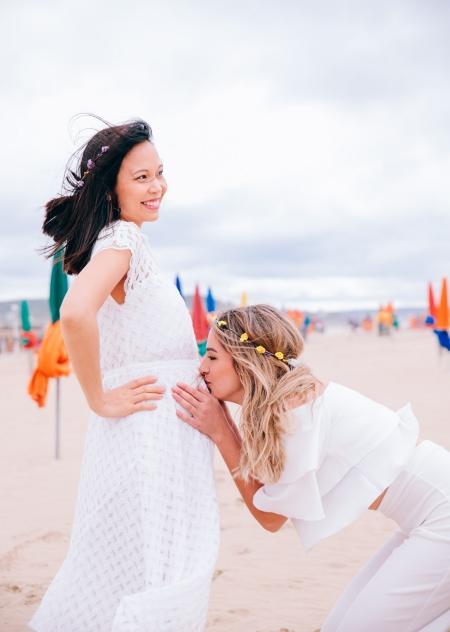 une femme enceinte et sa copine sur la plage