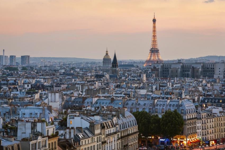 une vue sur paris et la tour eiffel depuis un rooftop